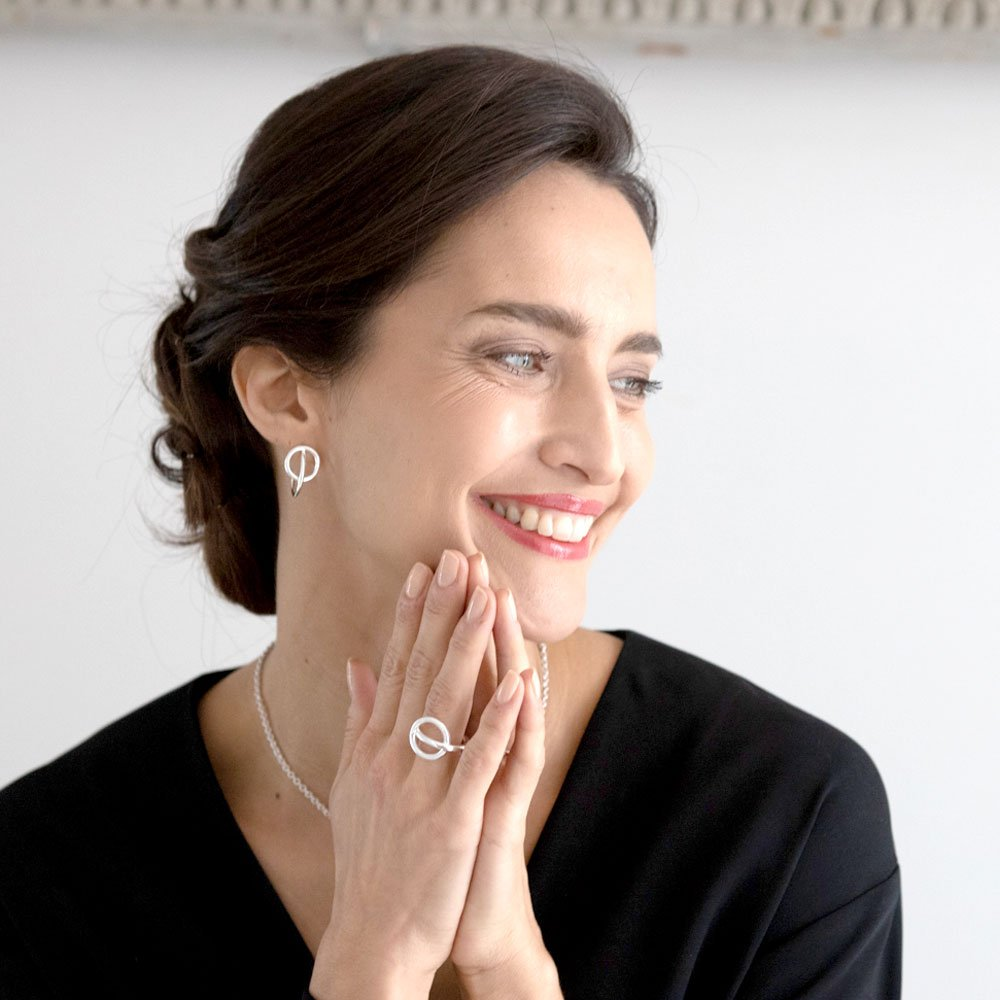 Femme Avec Bijoux Deux Cercles Visage Mains Aubry Cadoret